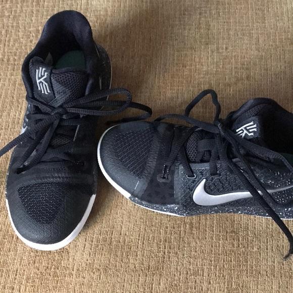 size 40 f9dc6 66f91 Boys Size 1 Kyrie Basketball Shoes. M 5ae48f793afbbd538eae4a21